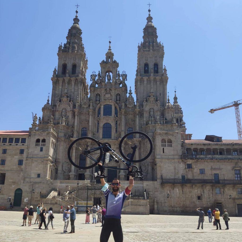Catedral de Santiago de Compostela y Miguel Ángel con su bicicleta en las manos
